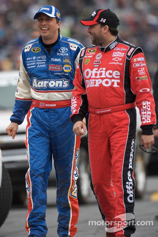 David Reutimann, Michael Waltrip Racing Toyota y Tony Stewart, Stewart-Haas Racing Chevrolet