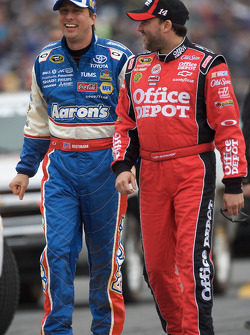 David Reutimann, Michael Waltrip Racing Toyota y Tony Stewart, Stewart-Haas Racing Chevrolet