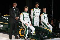 Tony Fernandes, director del Malaysia Racing Team, Jarno Trulli, Fairuz Fauzy y Heikki Kovalainen
