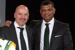 Mike Gascoyne, oficial técnico en jefe de Lotus F1 Racing y Tony Fernandes, director del Malaysia Ra