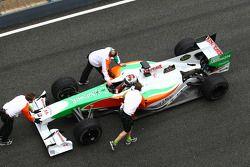 Адриана Сутиля, Force India F1 Team толкают обратно в гараж