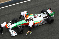 Adrian Sutil, Force India F1 Team wordt in de pitbox geduwd