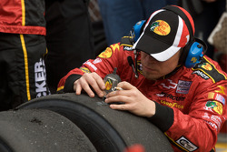 Earnhardt Ganassi Racing Chevrolet teamlid checkt de bandendruk