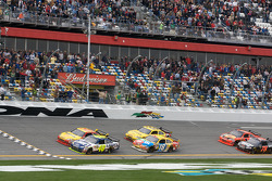 Jimmie Johnson, Hendrick Motorsports Chevrolet en Kevin Harvick, Richard Childress Racing Chevrolet, strijden tot de vlag om de overwinning