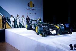 Auto Lotus F1 2010 con miembros veteranos del equipo