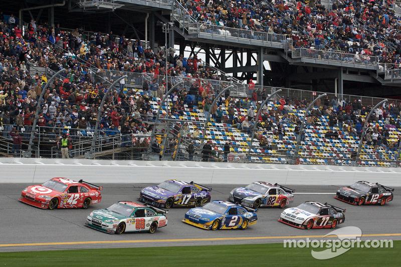 Start: Dale Earnhardt Jr., Hendrick Motorsports Chevrolet en Juan Pablo Montoya, Earnhardt Ganassi R