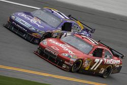 Bobby Labonte, TRG Motorsports Chevrolet y Matt Kenseth, Roush Fenway Racing Ford
