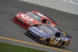 Matt Kenseth, Roush Fenway Racing Ford et Juan Pablo Montoya, Earnhardt Ganassi Racing Chevrolet