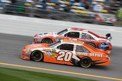 Joey Logano, Joe Gibbs Racing Toyota, y Marcos Ambrose, JTG Daugherty Racing Toyota