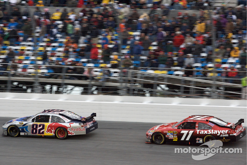 Scott Speed, Red Bull Racing Team Toyota, y Bobby Labonte, TRG Motorsports Chevrolet