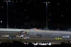 Ronde 1 crash: Austin Dillon, Johnny Sauter, Ted Musgrave, Kyle Busch en Dennis Setzer raken elkaar