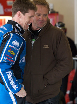 Carl Edwards, Roush Fenway Racing Ford, y Mike Wallace, K-Automotive Motorsports Dodge