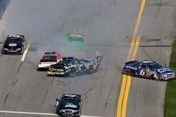 Accident entre Josh Wise, Colin Braun, Danica Patrick, Ricky Stenhouse Jr. et Scott Lagasse Jr.