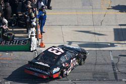Scott Lagasse Jr. naar de garage