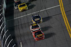 Jamie McMurray, Earnhardt Ganassi Racing Chevrolet leads Greg Biffle, Roush Fenway Racing Ford