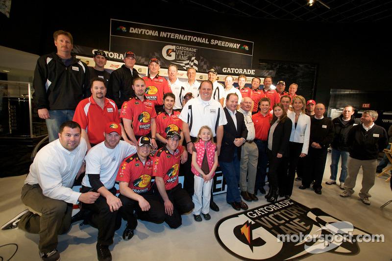 Desayuno de campeones: el ganador de las Daytona 500 de 2010, Jamie McMurray con los dueños de equipo, Chip Ganassi y Felix Sabates, el jefe de equipo, Kevin Manion y el equipo Earnhardt Ganassi Racing Chevrolet
