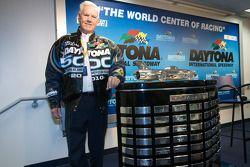 Джуниор Джонсон позирует с трофеем Харли Джефферсона Эрла – призом победителю «Дайтоны 500»