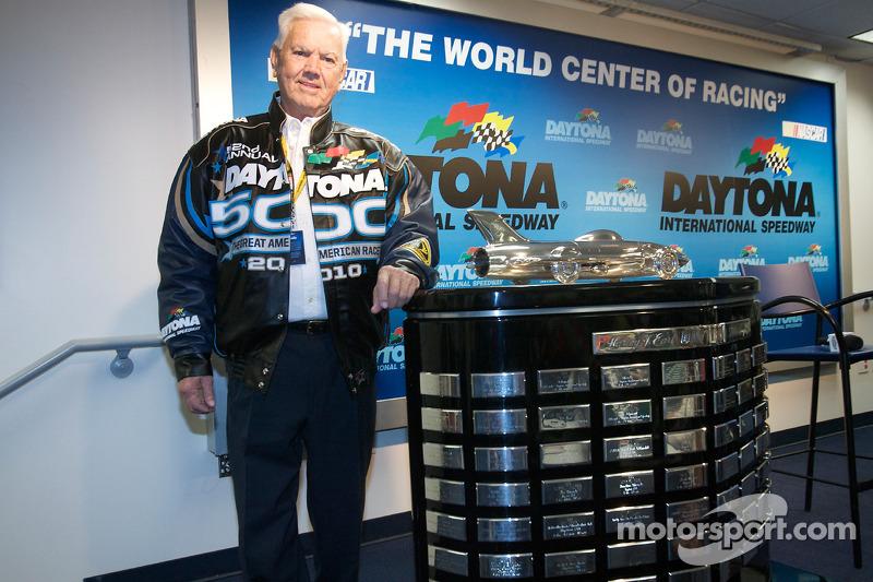 Junior Johnson posa con el trofeo de Daytona 500, Harley F. Earl