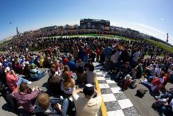 Fans kijken naar pre-race show