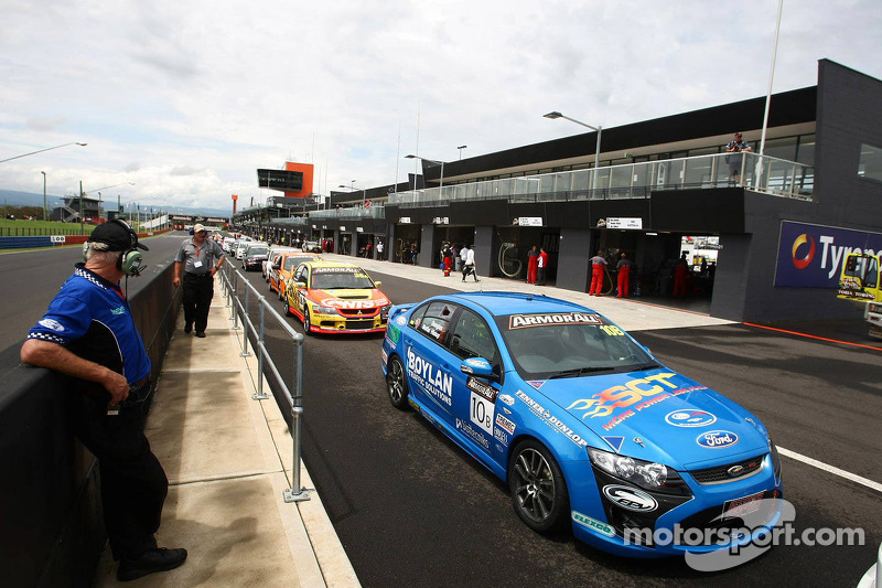 Auto's in de pitstraat en klaar voor de kwalificatie