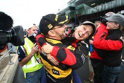 John Bowe, très heureux, célèbre la victoire
