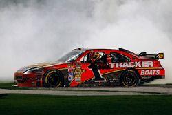 La vainqueur Jamie McMurray, Earnhardt Ganassi Racing Chevrolet célèbre son succès