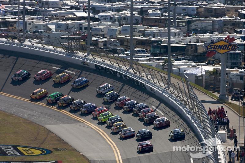 Dale Earnhardt Jr., Hendrick Motorsports Chevrolet voert het veld aan bij de herstart