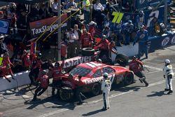 Parada en pits para Bobby Labonte, TRG Motorsports Chevrolet