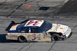 John Andretti, Front Row Motorsports con Yates Racing Ford, en los pits con algunos daños