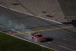 Bill Elliott, Wood Brothers Racing Ford, en los pits con daños en el auto