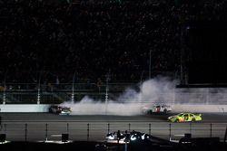 Robert Richardson Jr., Front Row Motorsports con Yates Racing Ford, choca en la súper recta