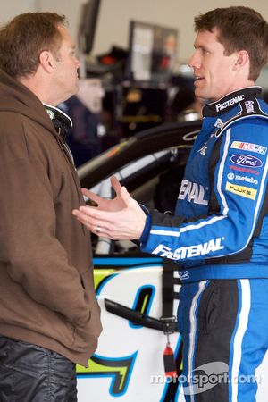 Mike Wallace, K-Automotive Motorsports Dodge, y Carl Edwards, Roush Fenway Racing Ford