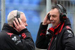 John Booth, director deportivo de Virgin Racing, Nick Wirth, director técnico de Virgin Racing