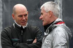 Jock Clear, ingeniero de carrera principal de Mercedes GP Petronas, habla con Geoff Willis