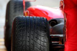 Una llanta Bridgestone mojada