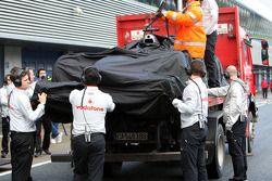 El auto de Lewis Hamilton, McLaren Mercedes, MP4-25 es devuelto a los pits