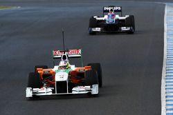 Paul di Resta, piloto de pruebaas, Force India F1, VJM03 delante de Rubens Barrichello, Equipo Willi