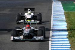 Michael Schumacher, Mercedes GP Petronas, delante de Pedro de la Rosa, Equipo BMW Sauber F1, C29