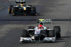 Michael Schumacher, Mercedes GP Petronas, W01, delante del Fairuz Fauzy, piloto de pruebas, Equipo L