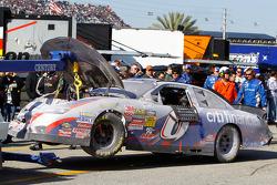 El auto de Ricky Stenhouse Jr. es llevado al garage