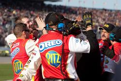 Los miembros del equipo de Tony Stewart celebran el triunfo