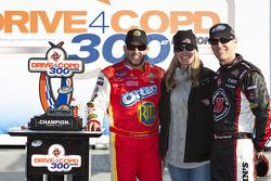 Victory lane: race winnaar Tony Stewart met eigenaars Delana en Kevin Harvick