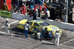 Tony Raines en los pits con daños en el auto