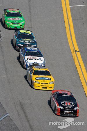 Kevin Harvick, Dale Earnhardt Jr., Carl Edwards, Joey Logano y Kyle Busch