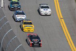 Kevin Harvick delante de Dale Earnhardt Jr. y Carl Edwards