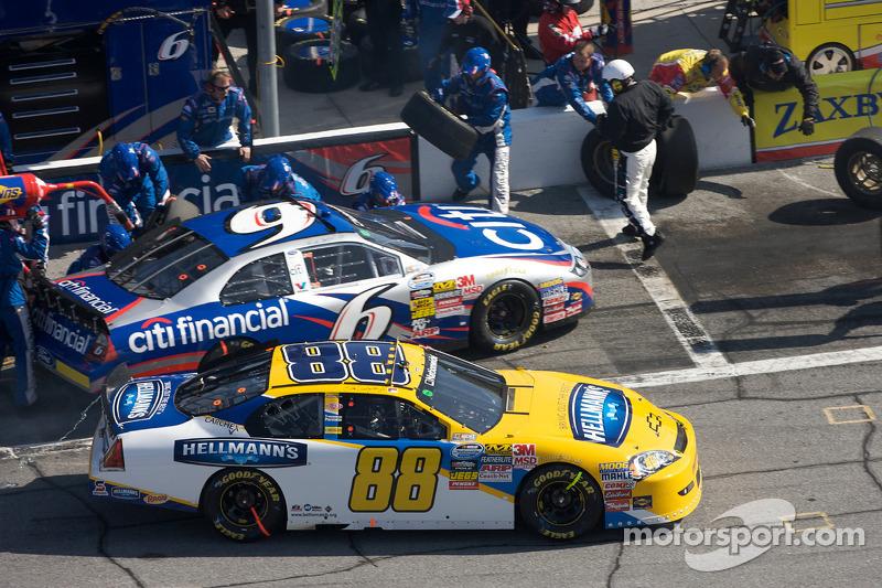 Parada en pits para Dale Earnhardt Jr. y Ricky Stenhouse Jr.