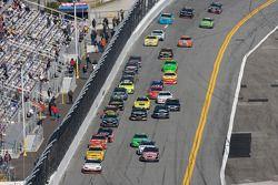 Brad Keselowski en la punta de la carrera
