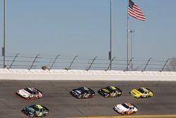 Joey Logano mène devant un groupe de voitures