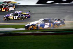 El Dodge de Kurt Busch, Penske Racing gira fuera de la pista