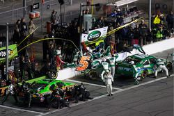 Passage aux stands pour Carl Edwards, Roush Fenway Racing Ford et Mark Martin, Hendrick Motorsports